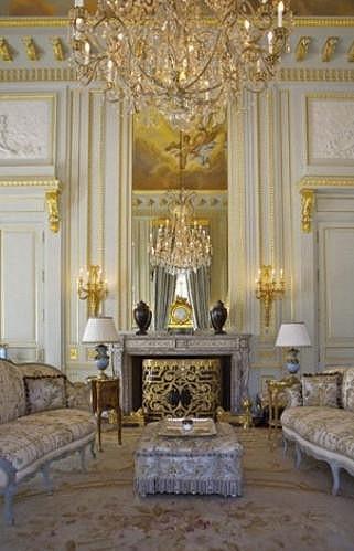 Interiéry domu jsou honosné a plné zlaté barvy.