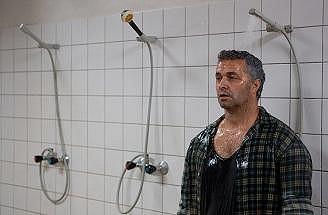 Při natáčení Zdivočelé země musel herec oblečený do sprchy.