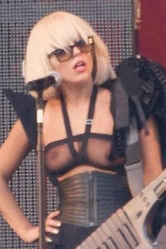 Gaga a její odvážný koncertní kostým.