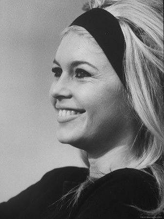 Madonna připomíná Brigitte Bardot, která měla účesy s čelenkou v oblibě.