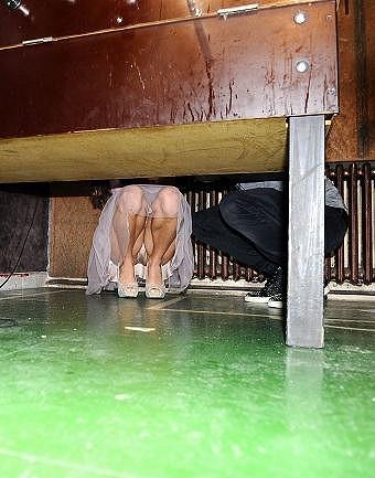 Petra s Leošem se schovávali pod stolem a modelka tak ukázala, jak to má se spodním prádlem.