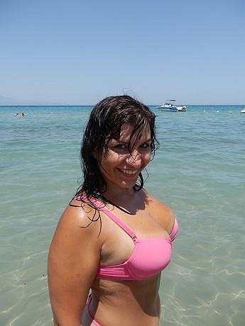 Andrea v plavkách a bez make-upu.