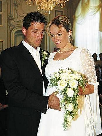 Alena se svým mužem Josefem Juráčkem na svatební fotografii.