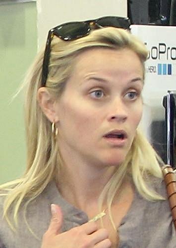 Nenalíčená představitelka milovnice růžové barvy Elle Woods z filmu Pravá Blondýnka.