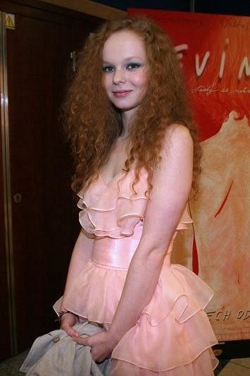 Anna Linhartová ztělesňuje křehkou dívčí krásu.