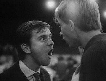 """""""Ahooooj, slyšíš ten rozdíl?"""" Jedna z nejslavnějších scén filmu Černý Petr. Ladislav Jakim a Vladimír Pucholt."""