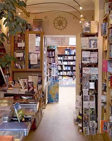Interiér knihkupectví Travel Bookshop.