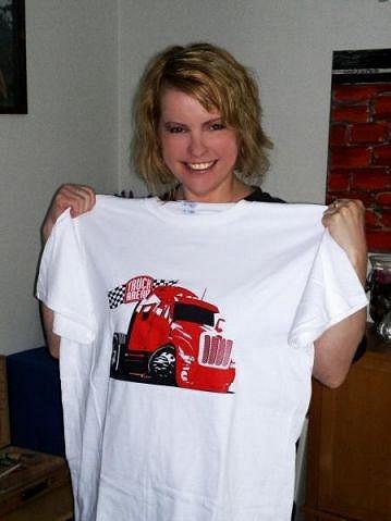 Iveta Bartošová takhle 10. června pózovala s tričkem slovenského festivalu.