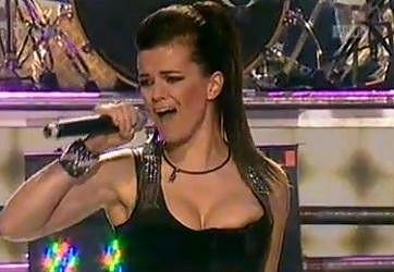 Marta na nezapomenutelném vystoupení v roce 2010, kdy ji v živém přenosu vykouklo ňadro.