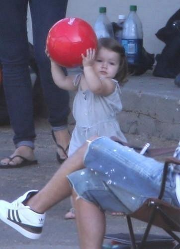 Malá Harper Beckham si oblíbila míčové hry.