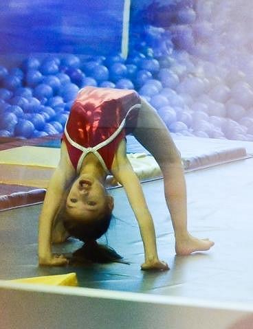 Maminka Katie chodí se Suri pro změnu na gymnastiku.