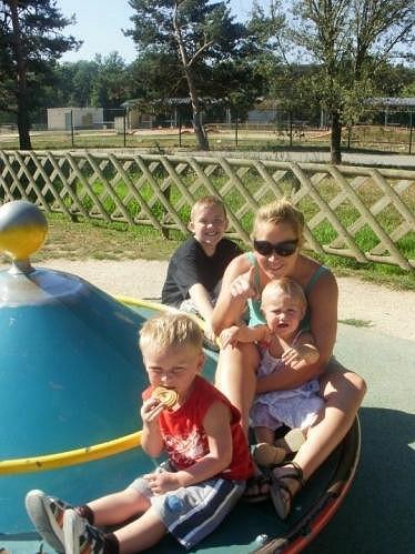 Emma Griffiths se svými třemi dětmi.