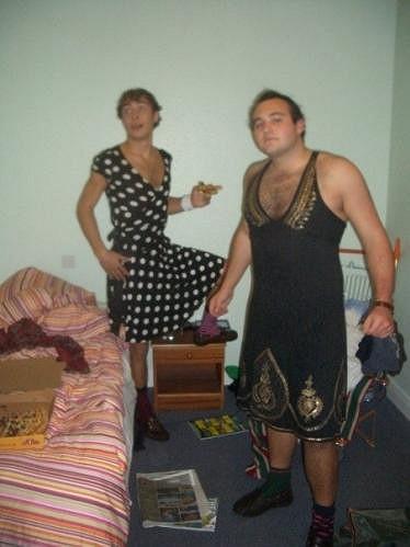 James Middleton (vlevo) v dámských šatech s kamarádem.