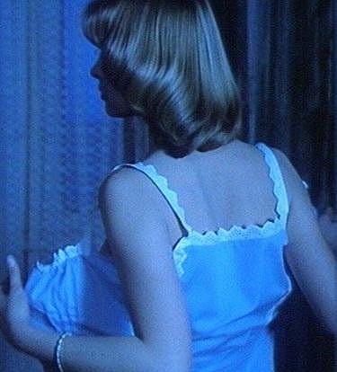 Půvabná Adriana a její nejznámější svlékací scéna.