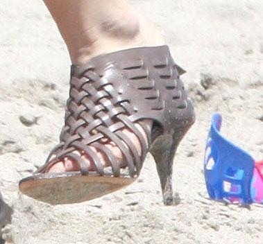 Katie nejspíš bude moci boty odřené od písku rovnou vyhodit.