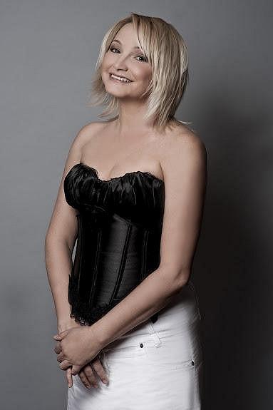 Anna je krásná a šarmantní dáma.