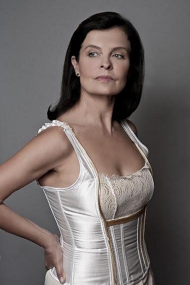 Jana Krausová často oslňuje i na divadelních prknech. Například ve hře Ženy přežijí!