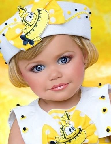 Maddy Jackson si příliš dětství neužije, od útlého věku obráží soutěže Miss.