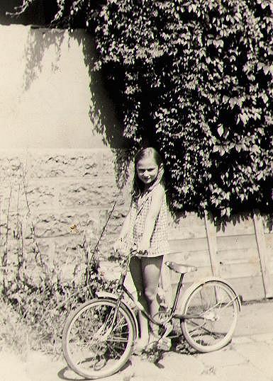 Sisa Sklovska v dětství ráda jezdila na kole.