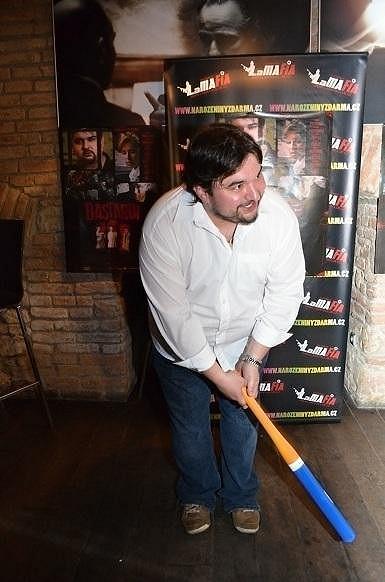 Režisér Tomáš Magnusek s sebou nosí baseballovou pálku.