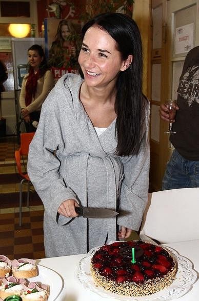 Sandra krájela dort.
