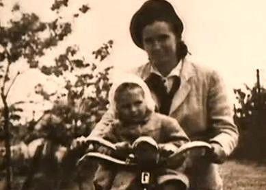 Milena Dvorská drandí na kole.