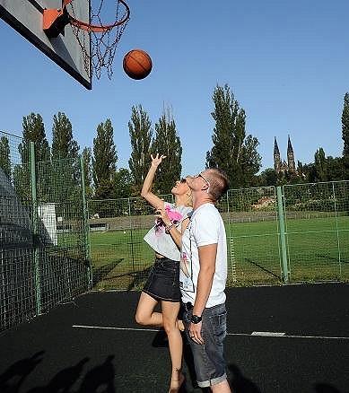 Učit Katku s její výškou basket je dost absurdní.