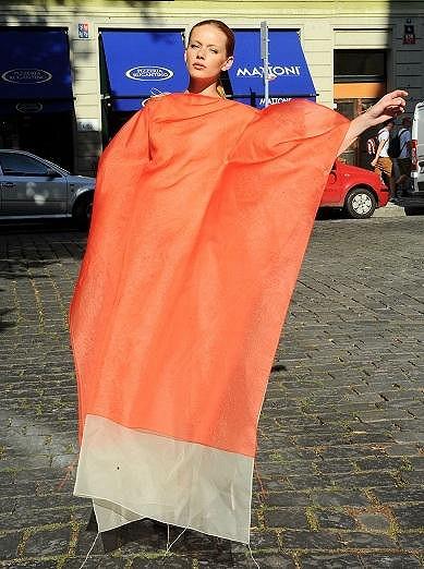 Lenka Šindelářová předváděla model Denisy Nové.