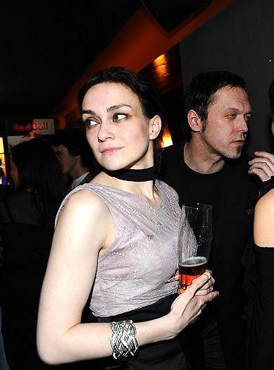 Viktor Dyk trávil večer s tmavovláskou, která vypadala jako jeho milenka Zuzana Míková.