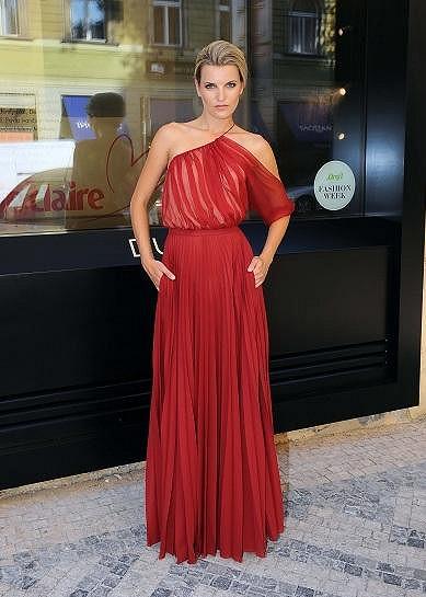 Veronika Chmelířová předvedla průsvitnou róbu s plizovanou sukní.