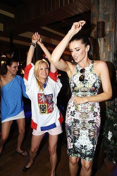 Iva a Katka při tanci.