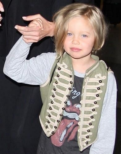 Blondýnka Shiloh se sice obléká jako Brad, ale rysy má po Angelině.