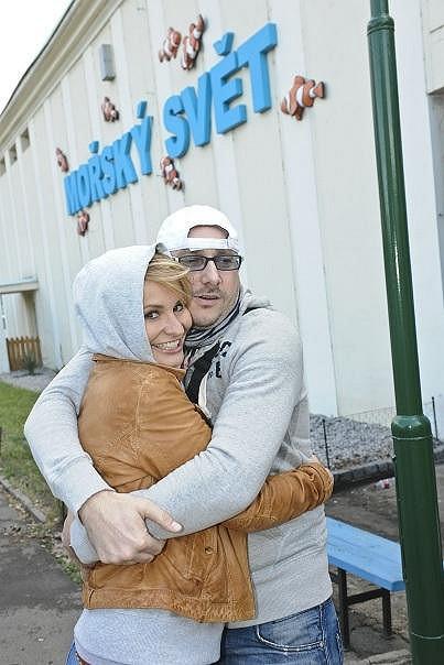 Monika Absolonová (na snímku s Mariánem Vojtkem) skrývala blond hřívu pod kapucí.