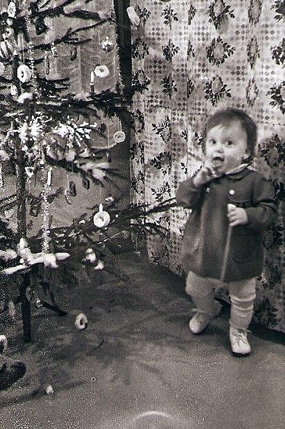 Dvouletá Maruška u maďarské babičky v Bratislavě (1957).
