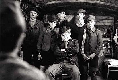 Sloup jako sedící Tomáš Mažňák v Záhadě hlavolamu (1969).