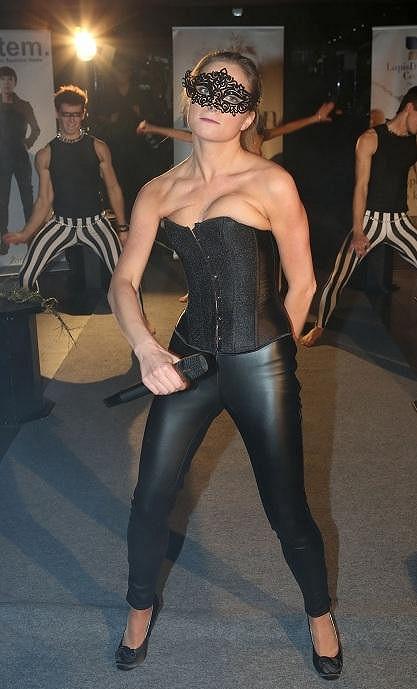 Když už neměla průhlédné šaty, zpěvačce se aspoň dmula ňadra z dekoltu.
