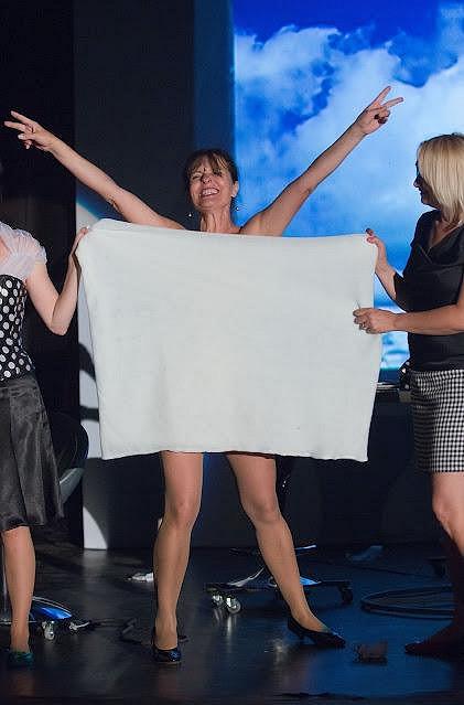 Jana Krausová v inscenaci Ženy přežijí. Tělo jí zakrýval jen ručník.