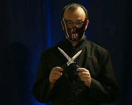 V Partičce se převlékl za Hannibala Lectera. Netušil, že i bratr jí lidi.