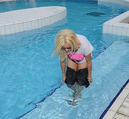 Sice se zula, ale do vody vlezla v sukni. Tu pak ze sebe rvala.