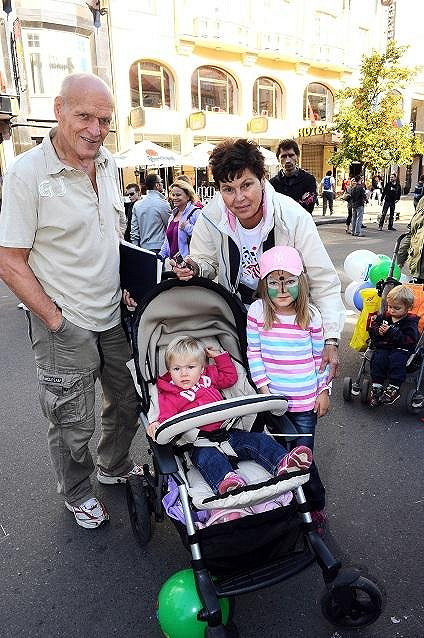 Jáklovi s vnučkami.