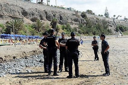 Přímo na pláži se odehrávala policejní akce.