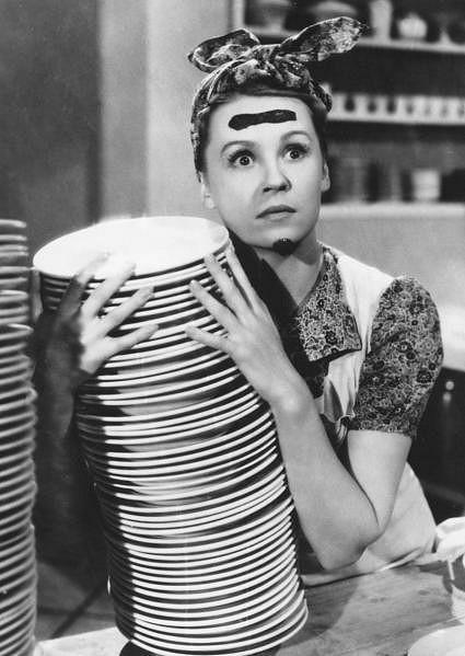 Nataša Gollová jako nešťastně šťastná dědička hotelu ve filmu Hotel Modrá hvězda (1941).