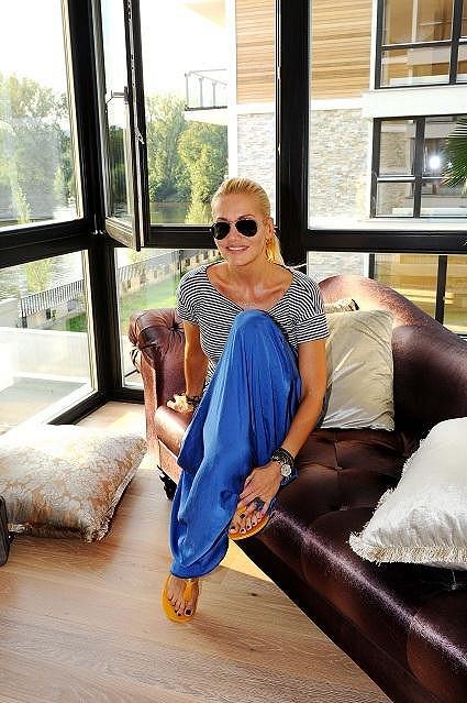 Dara ve svém vorovém bytě.