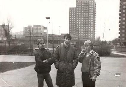 Igor (uprostřed) v péřovém kabátu, ve věku šestnácti let.