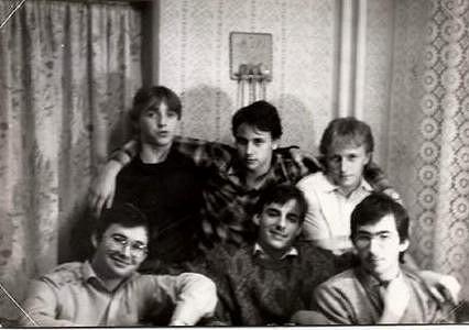 Igor Chmela - mladík uprostřed v kostkované košili.