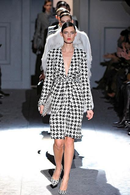 Šaty spatřily světlo světa loni v únoru na přehlídce Salvatore Ferragamo v Miláně.