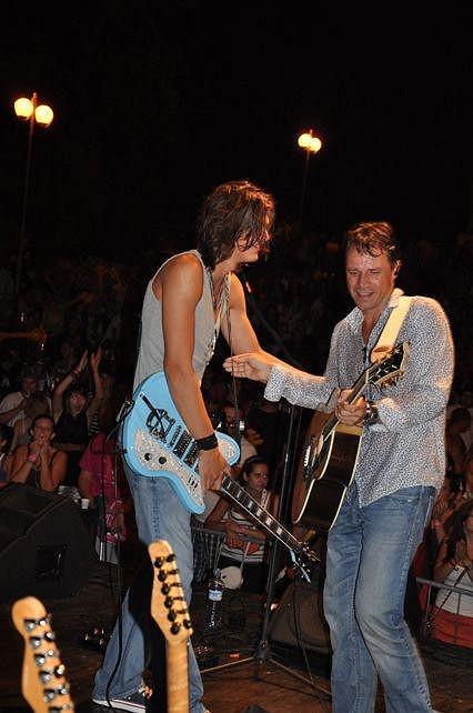 Otec a syn na pódiu.
