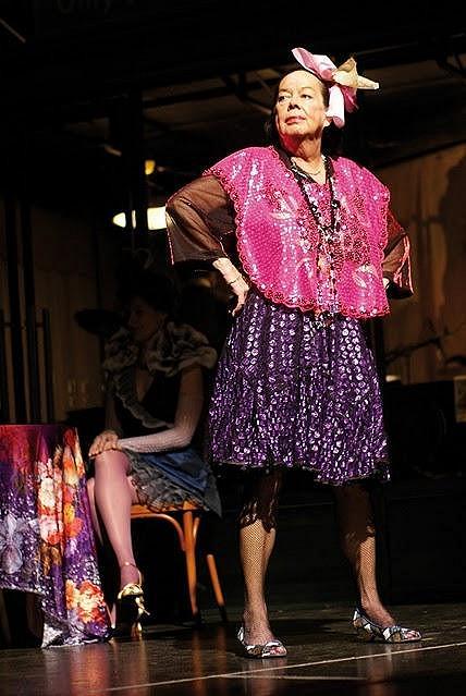 Yvonne Přenosilová jako laškující podnapilá lehká děva Ernestina.