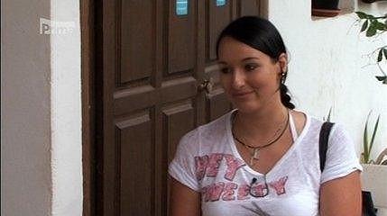 Účastnice druhé řady Farmáře Lucie Hurtová si brousí zuby na Indiána.