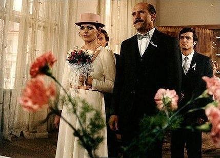 Eva s Petrem Nárožným v komedii Já nejsem já ( 1985).